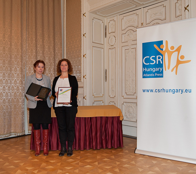 Takács Júlia, a CSR Hungary Díj alapítója és Zolnai Emese (Vodafone Magyarország Zrt.)/CSR Hungary Díj 2015