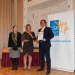 dr. Szentivány Ágnes (Joint Venture Szövetség) és dr. Mihalik Zsuzsa, valamint Schneider Balázs az AYCM SportPass vezetői/CSR Hungary Díj 2015